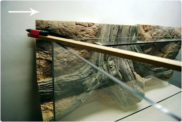 Markeer de vereiste hoogte van de achterwand met de stift.