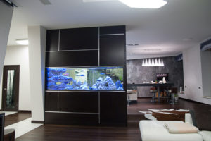 Een enorm aquarium in een moderne appartment met ARSTONE zoutwater decoraties